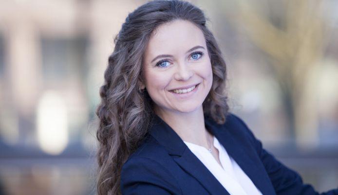 """""""Erfahrene Moderatoren können mit spontanen Ereignissen besser umgehen"""" – Moderatorin Lena Reuter im Profil"""
